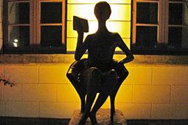 Lesende von Karlheinz Goedtke vor der Landesbibliothek Eutin